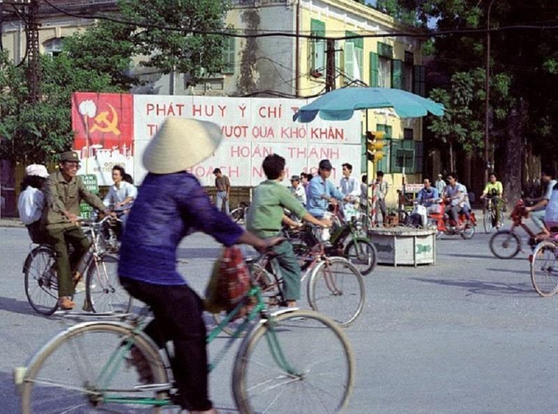 Xã hội thời bao cấp, xe đạp là phương tiện đi lại chính.